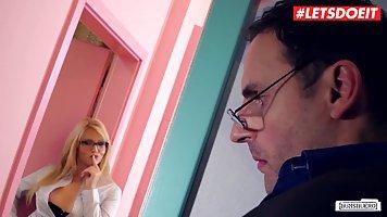 Секретарша с белыми волосами в офисе затрахала своего босса