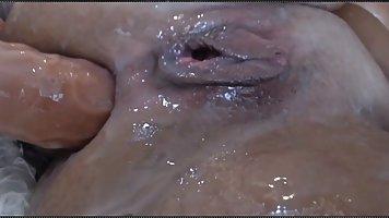 Грудастая мамочка на веб камеру показывает свой анальный секс