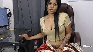 Индийская красотка перед веб камерой дрочит свою пилотку пальчиками