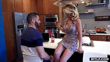 Мамка с большими дойками на кухне занимается сексом с бородатым пасынком