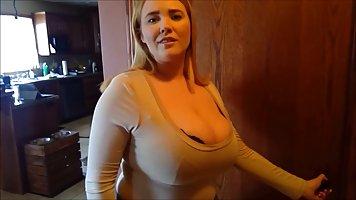Мамка с большими дойками позирует перед вебкамерой и постоянно мастурбирует