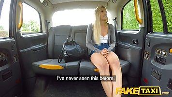 Водитель такси в машине развел блондинку с волосатой киской на анал