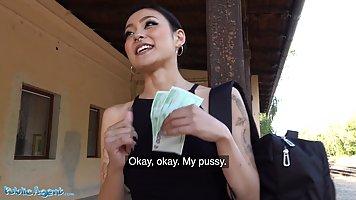 Азиатка после путешествия поддалась на флирт пикапера и получила хардкор