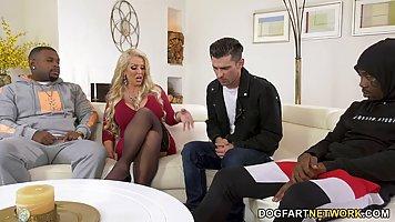 Блондинка с большой жопой и дойками раздвигает ноги перед неграми ради анала и д...