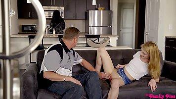 Молоденькая блондинка раздвигает ноги перед зрелым мужиком на диване
