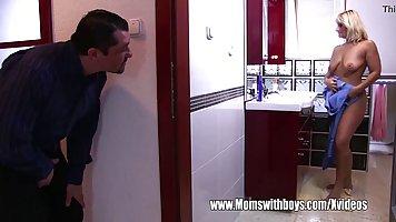 Зрелая женщина после ванны прыгает влажной писькой на члене любовника