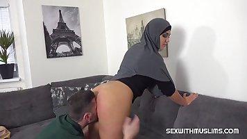 Арабка в гостиной сняла свои брюки и подставила киску для вагинала
