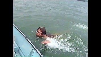 Латинка и ее друг снимают свое домашнее порно прямо в лодке посреди реки