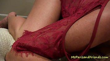 Зрелая дамочка во время пикапа подставляет тугую пилотку для секса с незнакомцем