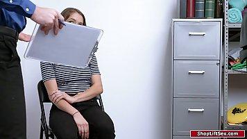 Девушка с тугими дырочками прямо в офисе кончает от хардкора