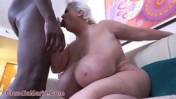 Толстушка мамочка с огромными дойками задрала ноги для секса с негром