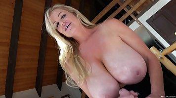 Блондинка мамочка с большими дойками делает минет и дрочит член
