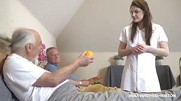 Брюнетка в больничной палате получает от стариков двойное проникновение