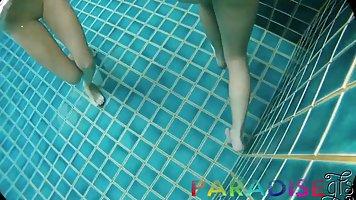 Две молодые шлюшки прямо в бассейне согласились на секс втроем от первого лица