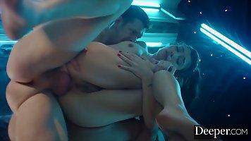 Волосатая девушка готова к анальному сексу с мужественным партнером на сцене