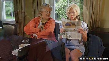 Блондинка с большими сиськами в униформе обожает хардкор секс на кухне