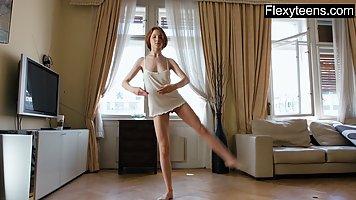 Балерина снимает на камеру и тренировку и нежное соло с упругой пилоткой