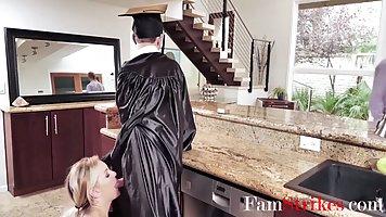 Мамаша снимает с парня униформу выпускника колледжа и натирает шишку нежными дыр...