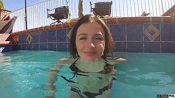 Знакомство с брюнеткой в бассейне завершается хардкор сексом