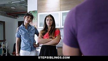 Парень на диване трахает одним твердым членом сестру и ее подружку