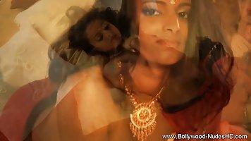 Индийская красотка показывает сексуальное шоу и мастурбацию своей киски
