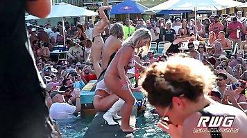 Пляжная вечеринка принесла молодежи море группового публичного секса