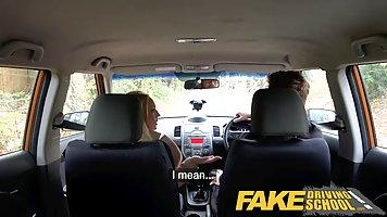 Мужик уломал красивую блондинку-жену потрахаться в машине и расслабиться