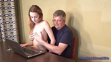 Старик в очках трахнул за деревянным столом молодую студентку без презика