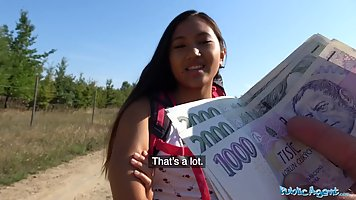 Азиатка за деньги отдалась мускулистому незнакомцу на улице