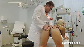 Блондинка мамочка с большими дойками прямо в больнице трахается с доктором
