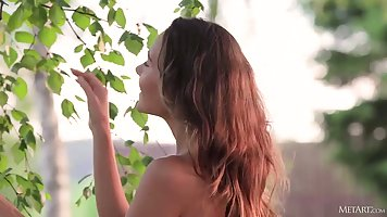 Русская девушка у березы показывает сочное тело и занимается соло мастурбацией