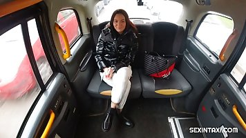 Пассажирка брюнетка прямо в машине делает минет водителю и принимает сперму