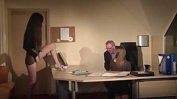 Две молодые секретарши в кабинете решили подарить старому боссу реальный секс вт...