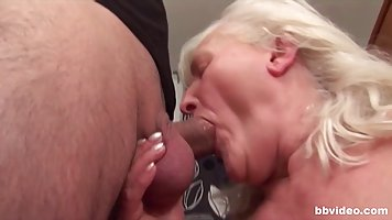 Зрелая дамочка с волосатой киской занимается сексом прямо на кухне