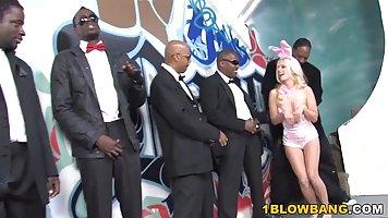Блондинка получает от толпы негров двойное проникновение с глубоким минетом