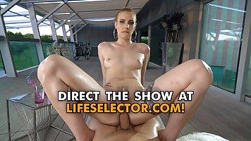 Длинноногая блондинка во время массажа показала мужику большую жопу и подставила...