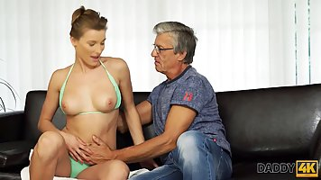 Старый мужчина на диване трахает молодую телочку в бирюзовом бикини