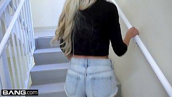 Блондинка спускает шортики перед парнем для реального харкора на камеру