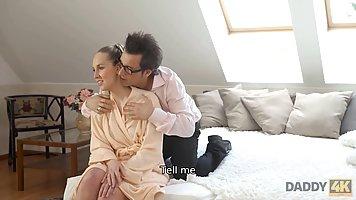 Мамочка блондинка прямо в спальне делает минет своему очкарику мужу