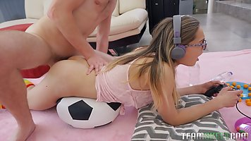 Парень отвлекает блондинки от компьютерной игры хардкор сексом