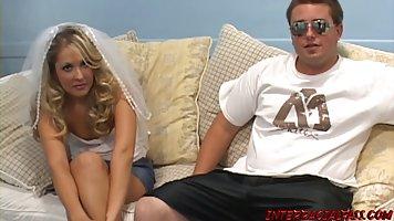 Блондинка в униформе прямо на диване изменяет своему мужу с толстым членом негра