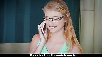 Блондинка в очках сделала минет и согласилась на хардкор со сводным братом