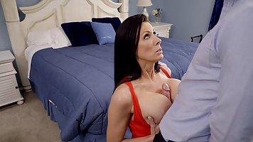 Мамочка брюнетка с большими дойками занимается сексом с пасынком